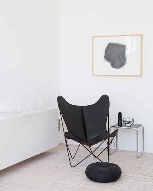 Fladdermusfåtöljen har fått komma med från Ingegerds flickrum, designad 1938 och med originalnamnet BKF. Det lilla bordet Bauhaus av Marcel Breuer. Puff från Ikea.