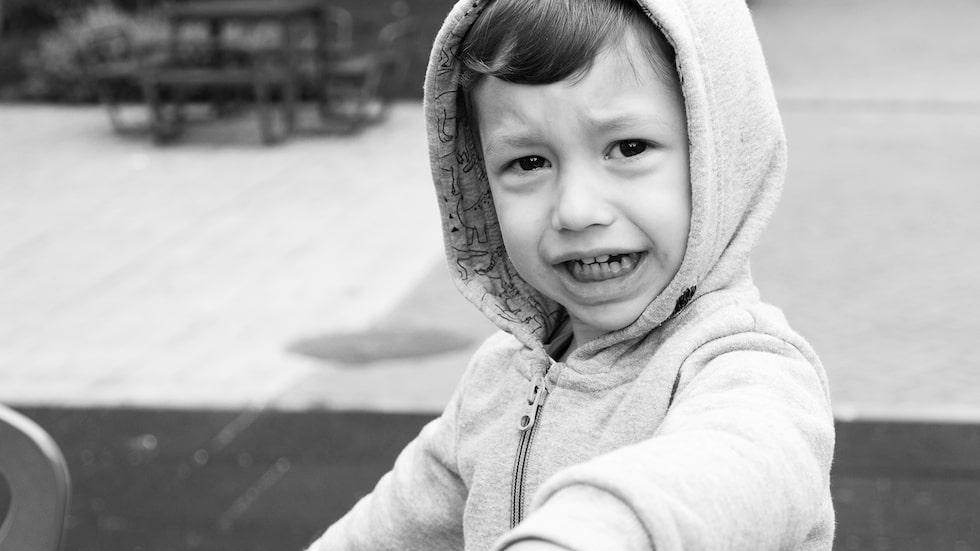 Att inte veta vad man vill och att bada i frustration – det är normalt för en 2,5-åring, svarar barnpsykolog Malin Bergström.