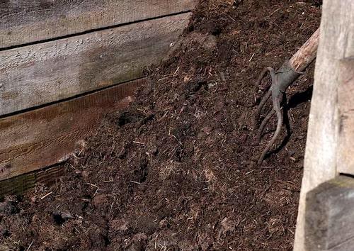 Kompostera, täckodla och gör egna näringslösningar. Tänk all frakt man slipper när man blandar egen jord. Vilken klimatkompensation!