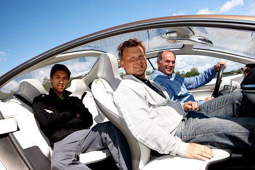 Projektledare Hans Gruijters (vid ratten), interiördesigner Lars Falk (i framsätet) och exteriördesigner Alex Chan (i baksätet) är nöjda med sin slutprodukt.