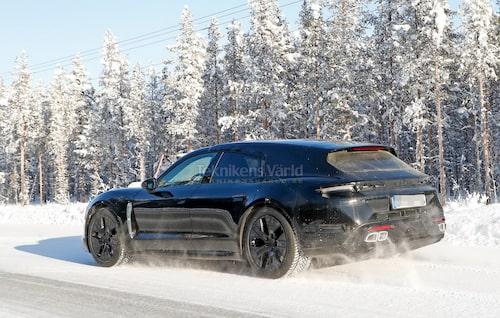 """Taycan """"kombi"""" ute på test i ett vintrigt Sverige. Konceptbilen hette Cross Turismo, Panamera med samma stuk heter Sport Turismo."""