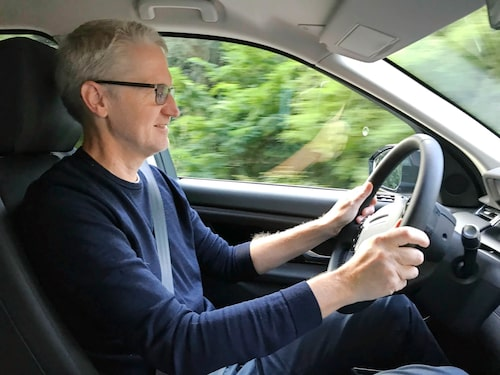 Styrningen är aningen tung vilket märks både vid körning rakt fram och på lite kurvigare vägar.