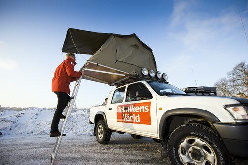 På biltaket finns ett uppfällbart tält...