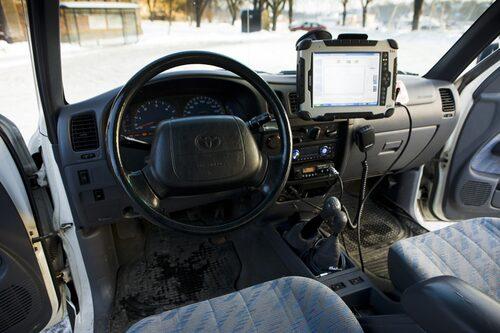 Rejäl komradio, satellittelefon och gps-navigator.