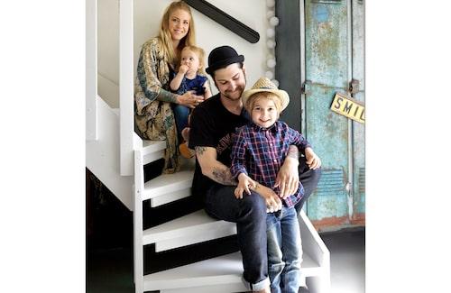 Familjesamling i trappan: Bella, Juno, Alex och Dylan.