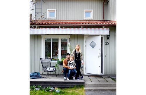 """Alex, Dylan och Bella framför radhuset i Kungsängen. """"Här ska vi bygga staket, lägga nytt trädäck, ta bort markisen och byta asfalt mot plattor."""""""