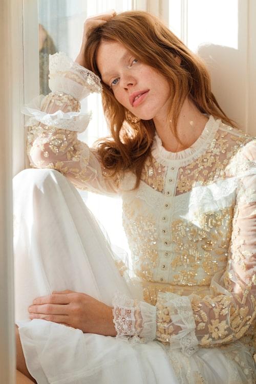 Spetsklänning av polyester, 5 195 kronor, Needle & Thread Zalando. Pärlörhängen av rostfritt stål pärlor, 499 kronor, Jane and Sophie.
