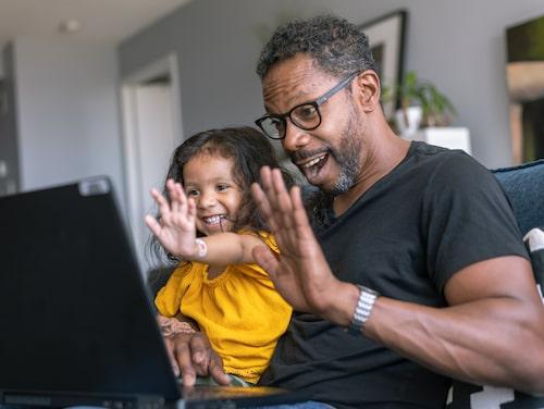 Sätt ord på det som händer, uppmanar barnpsykolog Malin Bergström. Om du som förälder är ledsen för att du inte kan träffa din pappa på annat sätt än digitalt –berätta det för barnet.
