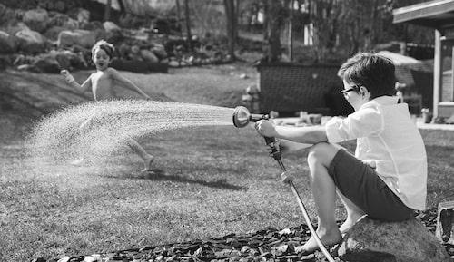"""""""Vi satsar på att hålla oss hemma i sommar. Picknick på filt i trädgården – så enkelt och mysigt!"""""""