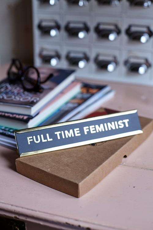 """Metallskylten med texten """"Full time feminist"""" fick Suzanne av en kompis, eftersom hon alltid försöker stötta andra bra kvinnor."""