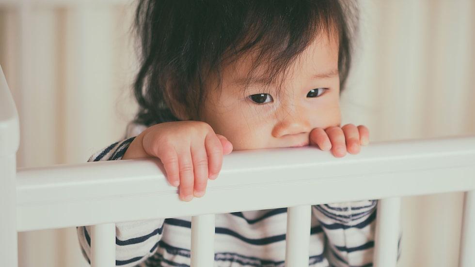 Barnet vaknar på natten och vill inte sova. Vad ska föräldrarna göra?