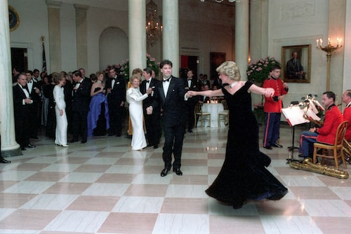 "Travolta dansar med Diana iklädd ""Travolta Dress""."
