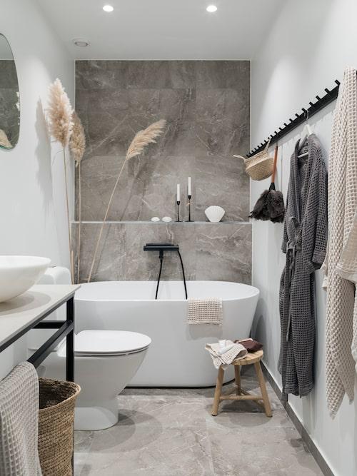 Badrummet pryds av marmorklinker Majestic från Piemme Valentino i färgen Supreme grey, köpt från Interni kakelstudio. Badkar Noro mood från Golvpoolen och handfat, Hornbach. Pallen är från Tine K och handdukarna från Zara home.