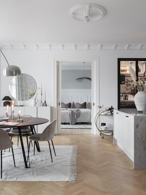 Matbordet är från Muubs via Soluppgången, stolarna från Mio. Väggskåpen bakom matplatsen är Ikeas Ivar som fått ny färg. Barvagn, Madam Stoltz, spegel Snowdrops Copenhagen/Soluppgången.