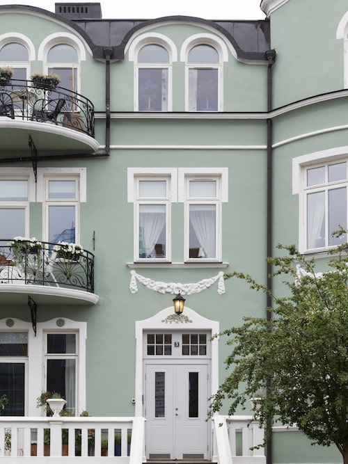 """Familjen Fältman fann sin lägenhet med bågformade fönster i Helsingborg. """"Vi älskar denna stad! Här har vi strand, skog och city på 10 minuters avstånd. Och är bara ett sund från Danmark – hur lyxigt är inte det?"""""""