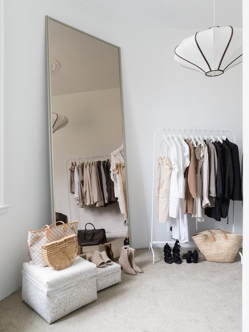 Den stora spegeln är en gammal garderobsskjutdörr. Taklampan är ett unikt exemplar från Snowdrops Copenhagen.