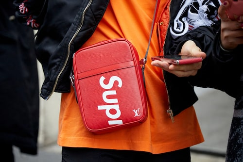 Väska från samarbetet mellan Louis Vuitton och Supreme.