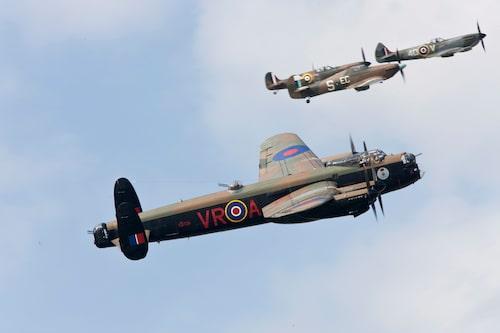 Två flygdugliga Lancaster-bombare är kvar i världen och båda kom till Goodwood under samma år. Dock fick jag inte in dem på samma bild, men väl några eskorterande stridsplan från tiden.