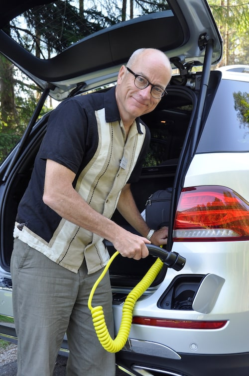 Mikael Stjerna testar positionen som gäller tre gånger om dagen för hybridkunderna.