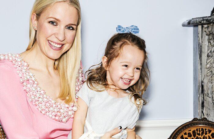 Electra, 3, med sin nageltokiga mamma Emilia de Poret.