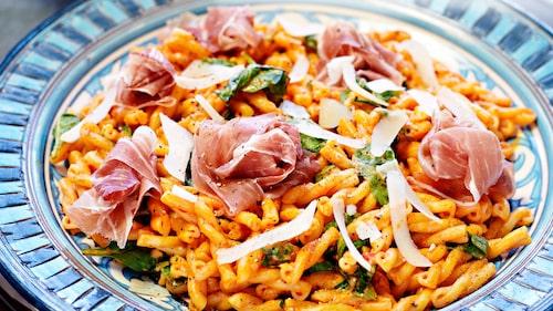 Recept på pasta med paprikacrème och lufttorkad skinka.
