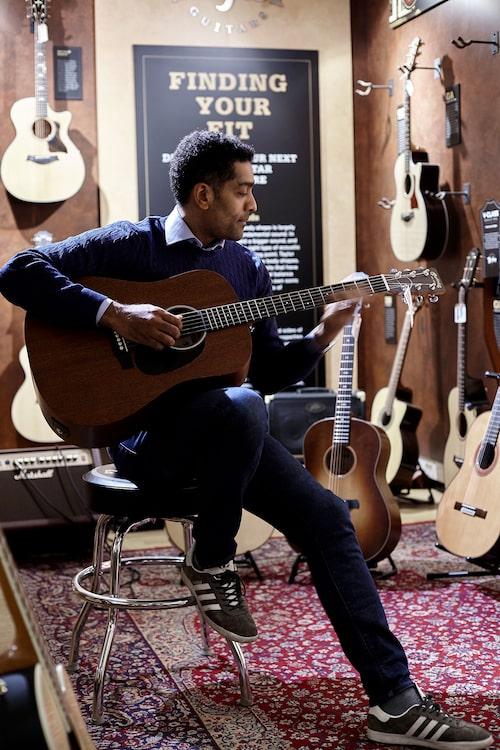 I musikaffären Deluxe Music på Fridhemsgatan sitter Alexander gärnaoch jammar. Hanhar ofta med sig en gitarr på inspelningar, att kopplaav med i pauserna.