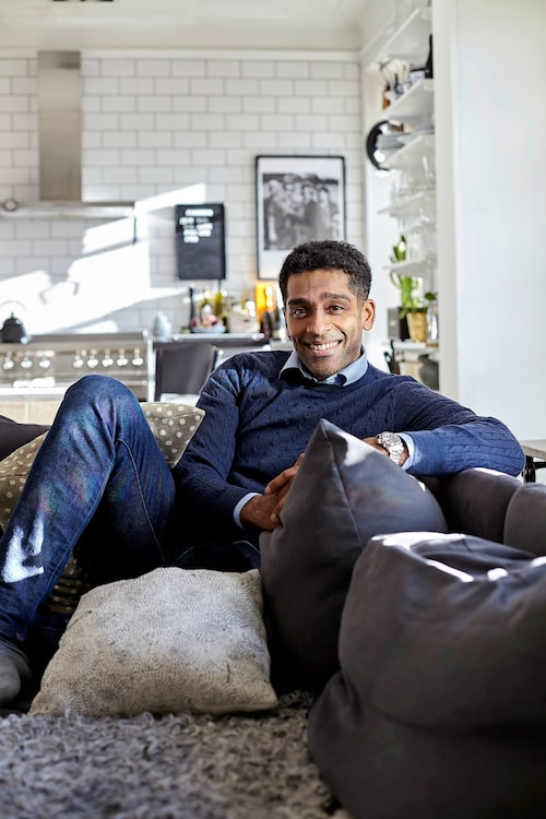 """Skådespelaren Alexander Karim känner att han hittat hem sedan han och familjen flyttade till Kungsholmen i Stockholm. """"Det bor mycket skådisar och artister i detta område. Jag är inte ens den mest kända personen i vårt trapphus, astronauten Christer Fuglesang bor längre upp!"""""""