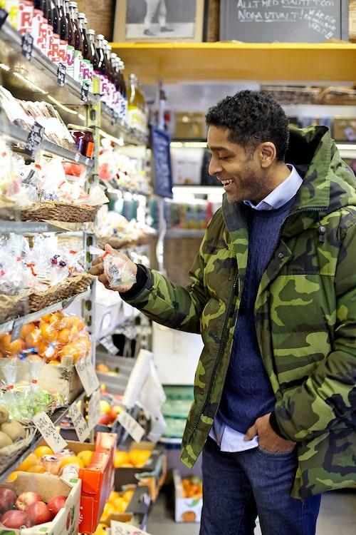 """I rara, lokala fruktbutiken """"Lennarts"""" köper barnen godis på kredit. """"De säljer en hjortonsylt här som är helt magisk!"""", säger Alexander."""