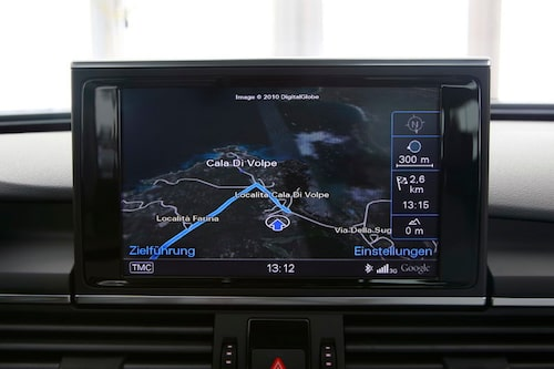 Navigationsskärmen är flott med stjäl sikt.