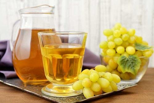 Druvsaft eller druvjuice är enkelt att göra. Vindruvor fulla av kärnor är inget problem.