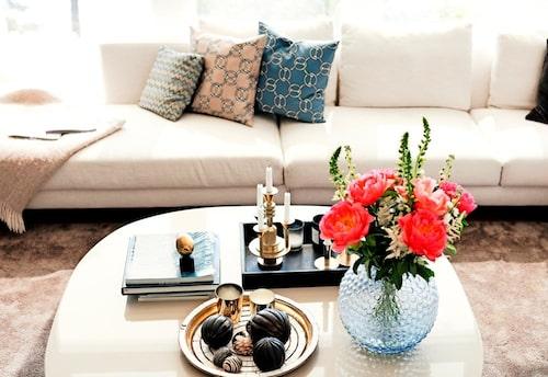 Vackra stilleben pryder soffbordet. Foto: Jakob Dahlström