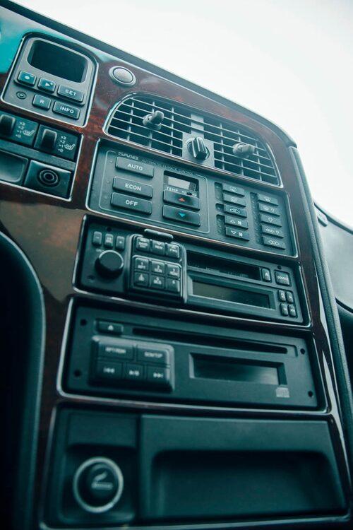 Stapelvaror på höjd. Mittkonsolen är nerströsslad med klimatanläggning, CD-stereo och rejäl askkopp.