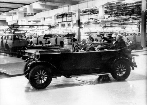 Kung Gustaf VI Adolf åkte fin bil vid invigningen av Torslandafabriken 1964.