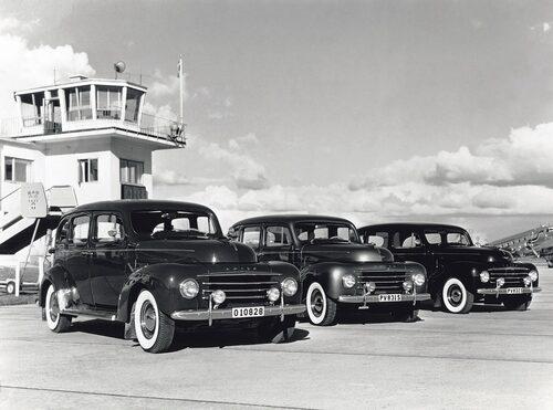 Denna bild hör egentligen inte hit då den är flera år äldre än Torslandafabriken. Men här ser vi tre Volvo PV830 Disponent vid Torslanda flygplats 1953.