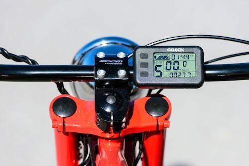 Avancerat kombi-instrument visar bland annat batteristatus, kraftläge, fart och sträcka.