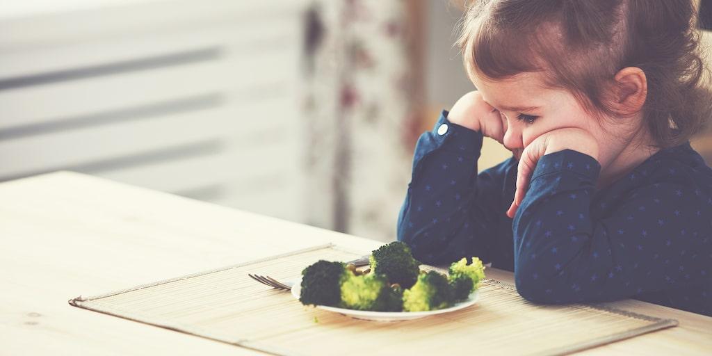 Broccoli kanske inte alltid är det populäraste, men när inget duger? När barnet sitter vid bordet en timme utan att vilja äta, vad gör man? Barnpsykologen svarar.