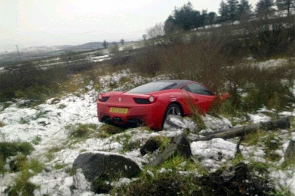 Ferrari 458 Italia rätt ner i diket