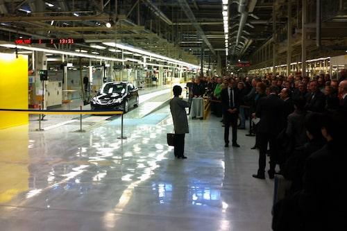 """Mycket folk har samlats i Stallbacka-fabriken vid produktionsstarten av """"det nya Saab""""."""