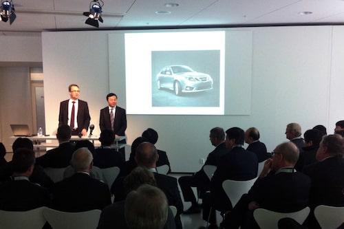 Vd Mattias Bergman samt grundaren och ägaren Kai Johan Jiang presenterar Saabs framtid.