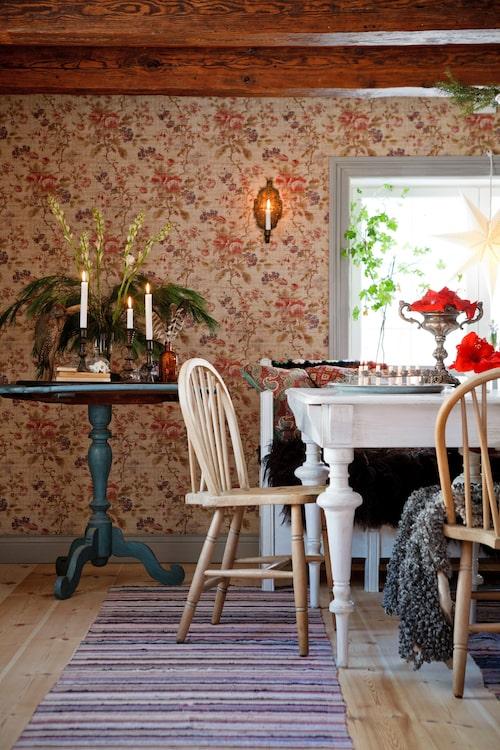 Stolar i trä med rundad rygg är danska från Lauritz.com. Matbordet som målades i ett gråvitt rutmönster är köpt på Blocket. Utdragssoffan från Lauritz målades om med vit linoljefärg. Adventsstjärna Watt&veke, ljuslampett från Tradera.