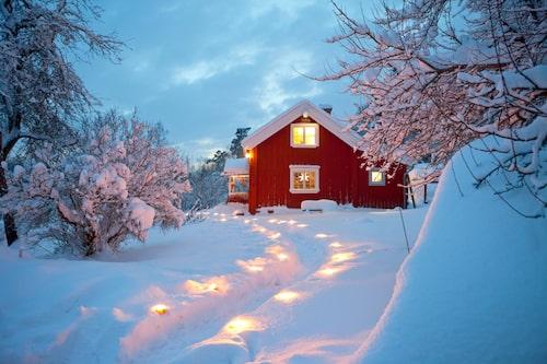 En blandning av 1800-talsflirtiga blommönster, nätauktionsfynd, konsthantverk och en del Ikea – det lantliga torpet strax utanför Stockholm välkomnar till jul.