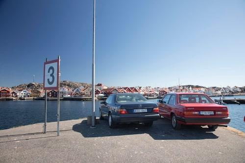 Längst ut på hamnpiren i Skärhamn blickar de båda coupéerna in över kustsamhället. Vilken är snobbigast?