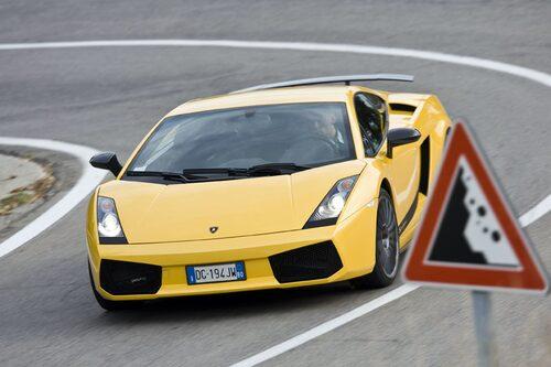 Superleggera är liksom Scuderia lättad med 100 kilo mot standardbilen.