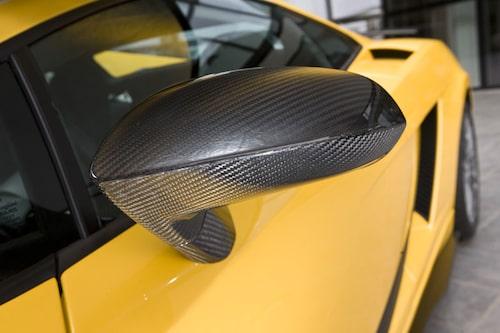 Kolfiberelementen får gärna synas resonerar Lamborghini.