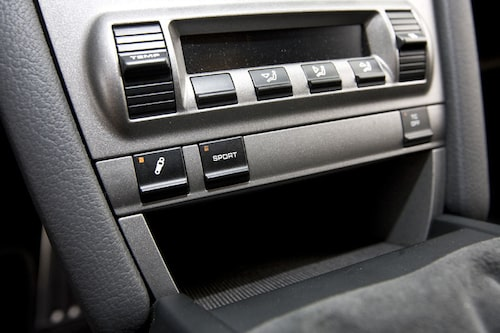 Aktiva dämpare kan ställas i två steg. Sportknappen aktiverad ger bonus i form av ytterligare 25 Nm.