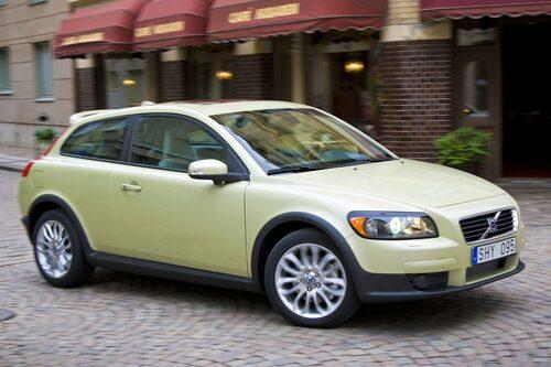 10. VOLVO C30. Haussen kring Volvo C30 var stor när den lanserades 2006, men någon försäljningssuccé är den knappast. I år har den harvat mellan plats 35 och 45 på försäljningstopplistan. En bil i Golf-klassen med bara två dörrar och två platser i baksätet kanske inte var så smart ändå?