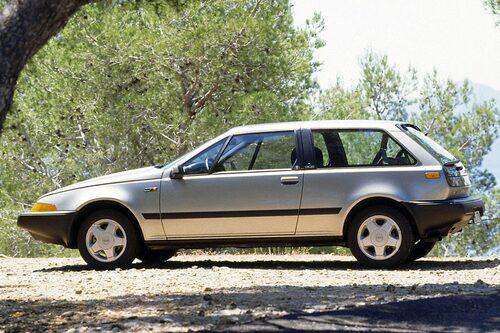 2. VOLVO 480. En liten futuristiskt designad Volvo tillverkad i Nederländerna. Var det ens en bra idé på 1980-talet?  Bilen hade en hel del barnsjukdomar, framför allt elektroniken krånglade. Svenska Volvo-köpare ratade den som en fejk-Volvo. Idag har dock ett fint exemplar chans att nå status som entusiastbil.