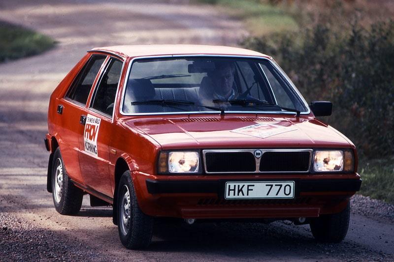 """1. SAAB-LANCIA 600. Bökig instrumentering, flagnande lack, fladdrande motorhuv, motorljud i radion, vibrerande backspegel, knattrande hastihgetsmätare, klickande startmotor, höga driftskostnader, snålt med utrymme…var några av de anmärkningar Teknikens Värld gjorde när bilen var ny 1980 och avslutade """"Du köper en Saab – men säljer en Lancia."""" Rostskadad, kanske man skulle lagt till. Om Saab tidigare hade ett kvalitetsrykte kan man säga att Saab-Lancia 600 förstörde det."""