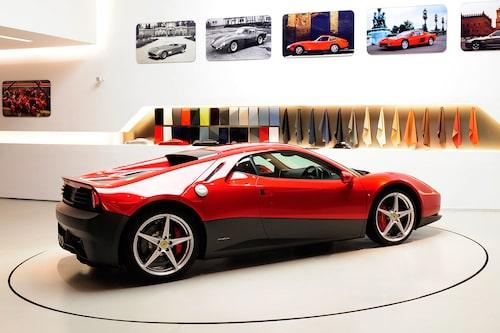 Eric Clapton älskar Ferrari och då framför allt äldre modeller. De nya modellerna gillar han säkerligen också, men inte lika mycket. Han ville ha en modern Ferrari med med design från förr. Därför har han lagt ut 32 miljoner kronor på att få en ombyggd 458 Italia. Förebilden var hans favorit-Ferrari...