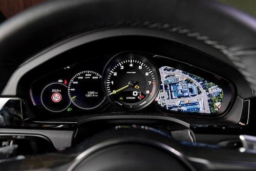 Varvräknaren i mitten är analog och ger inte mätarklustret samma flexibilitet som i Audi Q8.